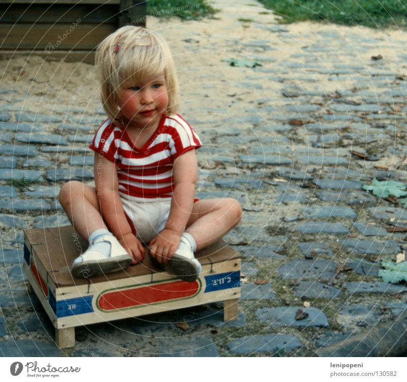 Spiel mit mir! Kind Mädchen alt Sommer Einsamkeit Traurigkeit Wärme Sand blond klein sitzen Trauer süß T-Shirt Physik