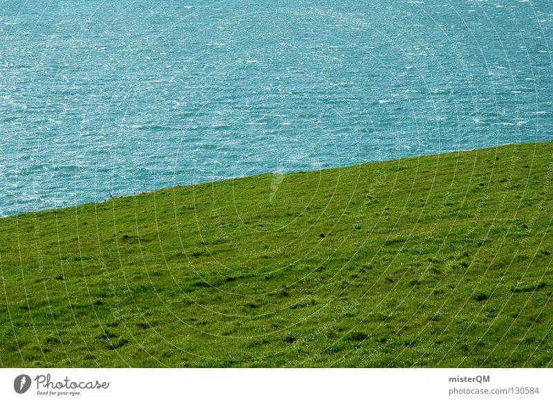 Irish Green. Wiese grün saftig Republik Irland Meer Wellen seltsam Trennlinie Trennung sehr wenige minimalistisch simpel Wasser Strand Küste Rasen Golf