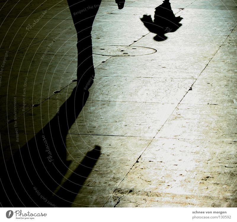 fremd-schatten Mensch Mann weiß schwarz ruhig Straße dunkel Wärme Wege & Pfade hell gehen laufen beobachten Italien Physik Theaterschauspiel