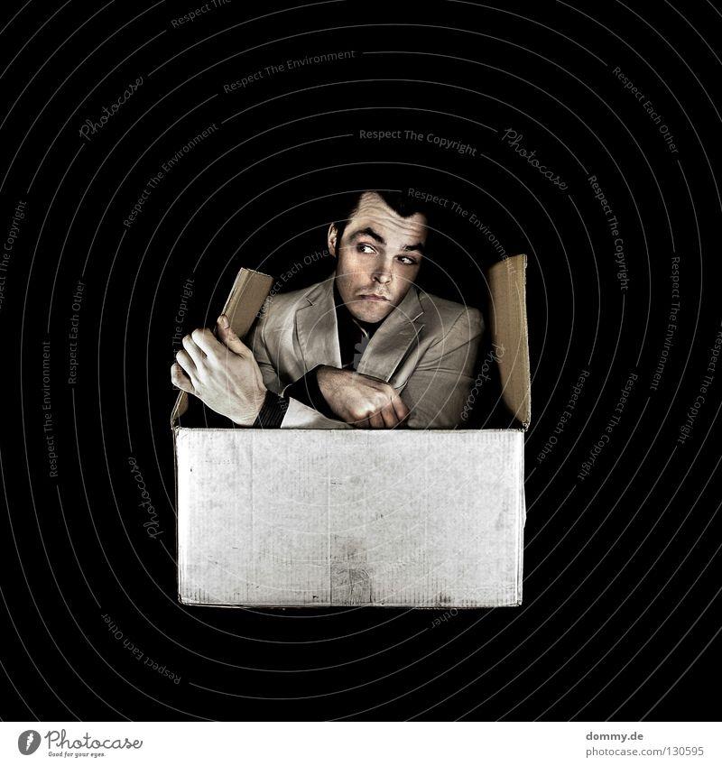 boxed Mann Kerl Anzug dunkel schwarz Krawatte Hemd Augenbraue Lippen Geschenk Verpackung packen kommen resignieren Hand Finger Oberkörper Torso Karton