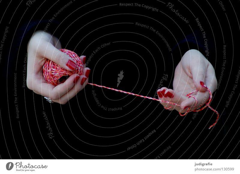 Rot Hand Schnur Wolle Leitfaden schwarz Knäuel wickeln Finger Frau Fingernagel Nagellack Handwerk stricken Zauberei u. Magie Farbe Nähgarn Lack Haut Handarbeit