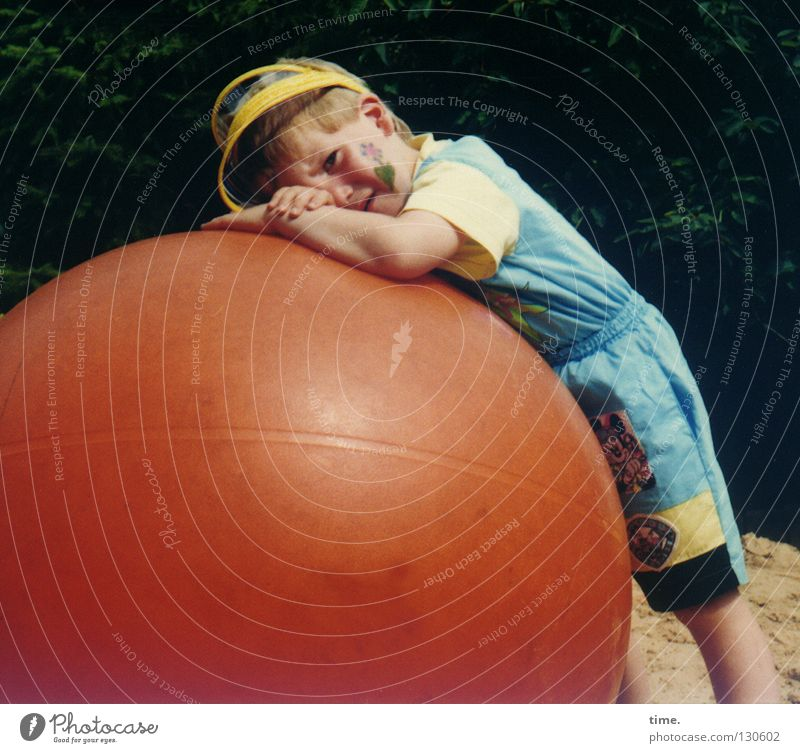 Müde Kind Spielen Junge Freizeit & Hobby maskulin kaputt Ball Müdigkeit Schminke Geburtstag Spielplatz Schwäche anlehnen Ballsport Kindergeburtstag auflehnen