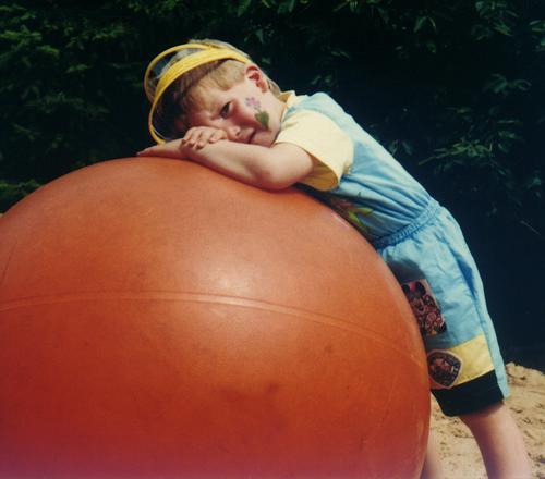 Müde maskulin Kind Spielen Spielplatz Schminke Freizeit & Hobby anlehnen auflehnen kaputt Müdigkeit Zwinkern Schwäche Ballsport Junge Kindergeburtstag Peziball
