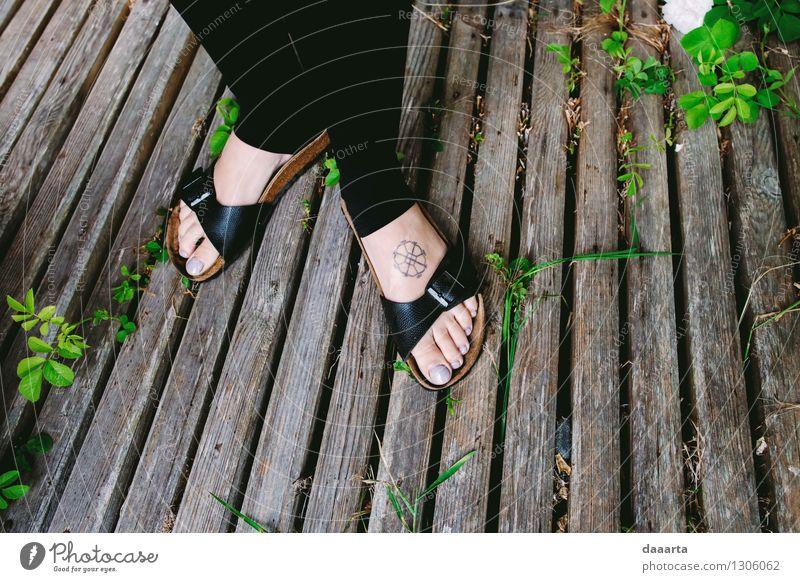 Glückliche Füße Ferien & Urlaub & Reisen Pflanze Erholung Blatt Freude Wärme Leben Gras feminin Stil Spielen Beine Freiheit Lifestyle Stimmung Fuß