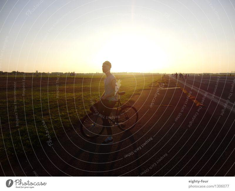 Feld und Fixie Mensch Freude Erwachsene Freiheit Park maskulin träumen Zufriedenheit Freizeit & Hobby Fahrrad frei Fröhlichkeit beobachten Fahrradfahren Fitness Coolness