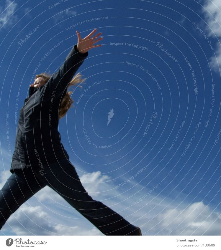 I believe I can fly springen hoch hüpfen Frau Wolken Applaus Weitsprung Ferne Luft ausgestreckt Freude fliegen blau Himmel Freiheit frei Niveau aufwärts