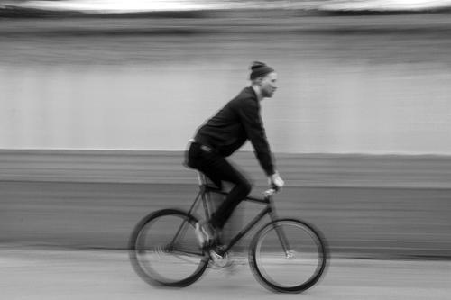 Starrgang 01 Mensch maskulin Junger Mann Jugendliche Erwachsene 30-45 Jahre Subkultur Herbst Winter Stadt Mauer Wand Fassade Fahrradfahren Mütze rennen