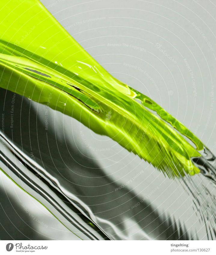fließt nass feucht grün hellgrün Gießkanne abstrakt fließen durchsichtig frisch wellig nah Schatten Wasser Statue Klarheit