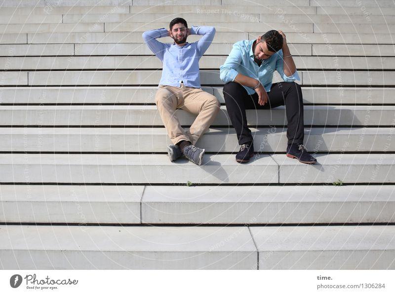 . Mensch Stadt Erholung Ferne Leben Denken Zeit Freundschaft maskulin Treppe sitzen genießen Lächeln Pause Zusammenhalt Hose