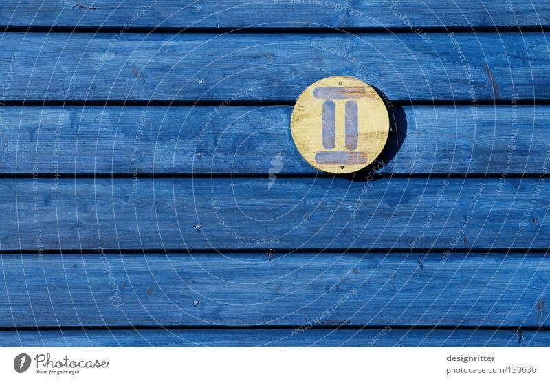 Schwedische 2 Hausnummer Ziffern & Zahlen gelb Holz Holzhaus Roman Detailaufnahme blau Schweden two number blue