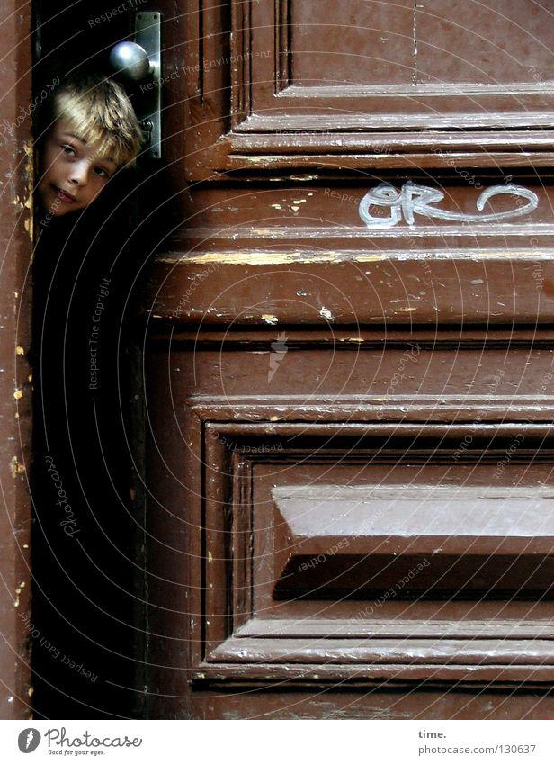 Neugier im Revier Mensch Kind Bewegung Junge braun maskulin Tür blond beobachten Kommunizieren Macht Neugier Eingang Publikum Abschied schließen