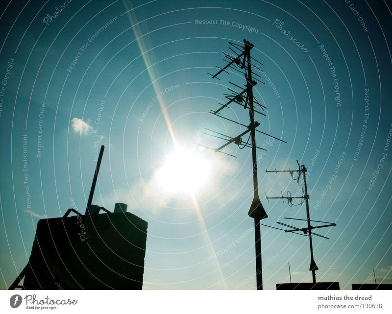 SONNENANBETER Dach Haus Gebäude Antenne Wellen Frequenz verzweigt Funktechnik Radiowellen streben Abgas Luft heizen Sommer Sonnenstrahlen Licht schön Wolken