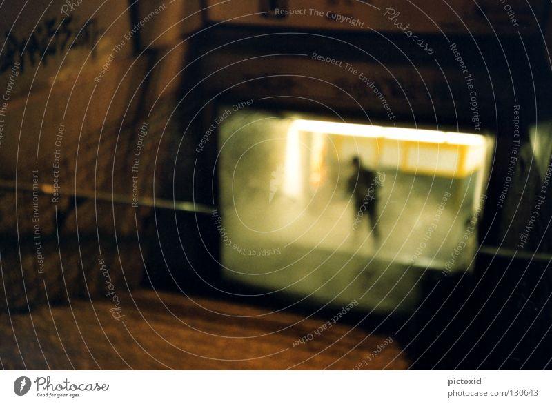 nachtgestalt U-Bahn S-Bahn Frankfurt am Main Nacht dunkel Nebel Mensch Mann Licht Station unheimlich spät Tunnel Lomografie Treppe Unschärfe Stadt Graffiti