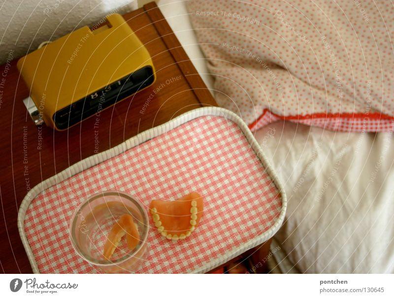 When I`m 64 alt Tod Holz Glas rosa Uhr verrückt Bett retro Zähne Kunststoff skurril Möbel Fleck Decke