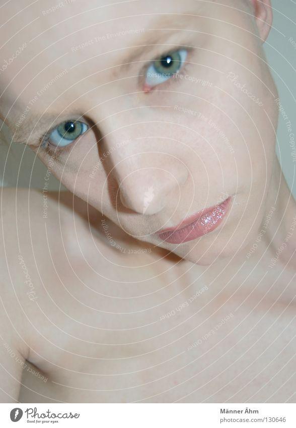 Lippenbekenntnis. Pastellton rosa Wimpern Augenbraue rein Lippenstift Schminke Schlüsselbein Stirn Frau grün drehen Kosmetik dünn Gesundheit Haut Gesicht Farbe