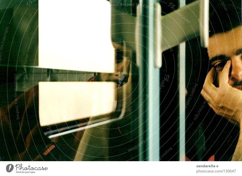 wenn der zug hält, und fährt, und hält .... Mensch Mann Hand Ferien & Urlaub & Reisen Gesicht Erholung Fenster träumen hell Tür Zeit Nase geschlossen Eisenbahn schlafen Pause
