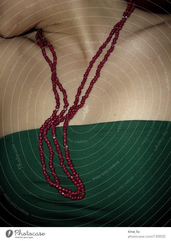 * Frau Top Oberkörper rot grün Smaragd Perlenkette Samt weich geschmeidig Schlüsselbein schön schlafen bleich Bekleidung Kette himbeer Haut Hals Brust Dekolette