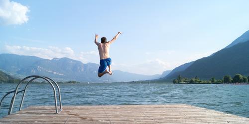 Sommertag Mensch Natur Ferien & Urlaub & Reisen Jugendliche blau Wasser Junger Mann Landschaft Freude Umwelt Wärme Schwimmen & Baden See springen maskulin