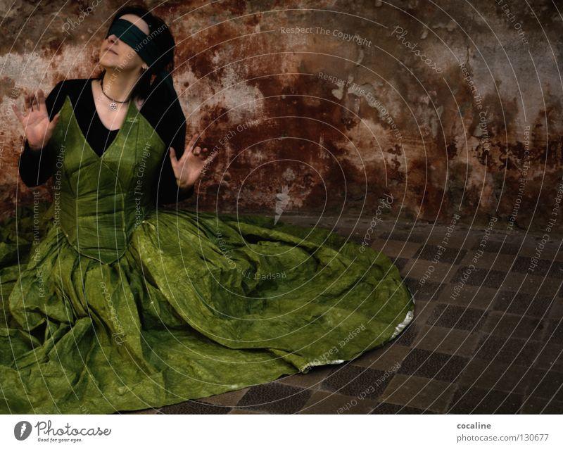 (un)sichtbar Frau grün rot Wand mehrfarbig Schal Verbundenheit Kleid Ballkleid schön wahrnehmen Stimmung Suche bezaubernd Sinnesorgane Gefühle hören Wachsamkeit