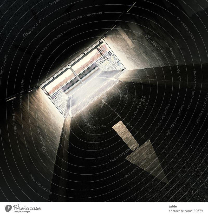 Gegen die Strömung Straße dunkel Gefühle Wege & Pfade verrückt Körperhaltung Quadrat Tunnel stark Richtung Verkehrswege Meinung Parkhaus selbstbewußt