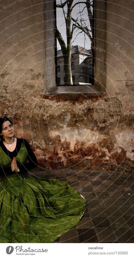 GedankenVersunken Frau grün rot Wand mehrfarbig Kleid Ballkleid schön wahrnehmen Stimmung bezaubernd Sinnesorgane Gefühle Wachsamkeit gefangen verwundbar hocken