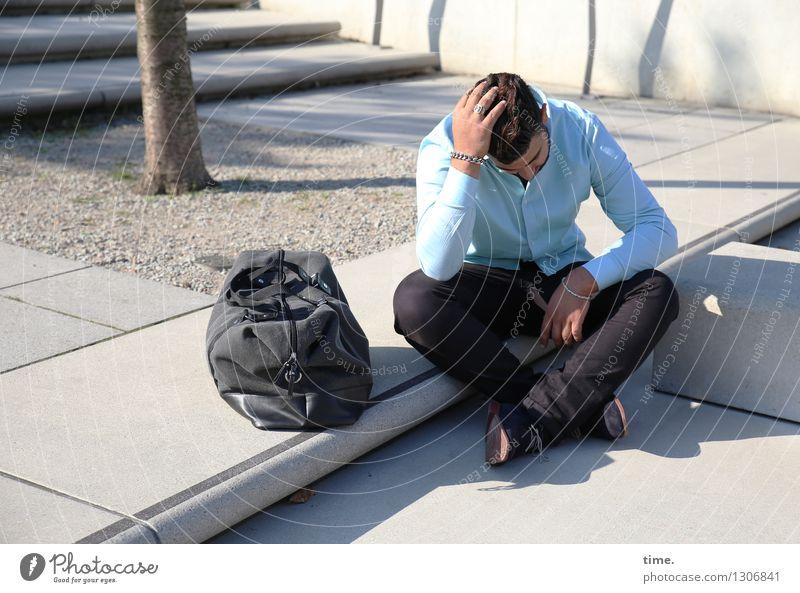 . maskulin 1 Mensch Baumstamm Treppe Hemd Hose brünett kurzhaarig Tasche Denken sitzen elegant Traurigkeit Sorge Trauer Müdigkeit Schmerz Sehnsucht Heimweh