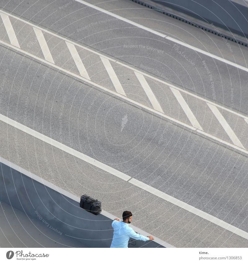 . maskulin 1 Mensch Straße Brücke Hemd Hose Tasche kurzhaarig beobachten stehen warten Entschlossenheit Ferne Außenaufnahme Porträt Oberkörper