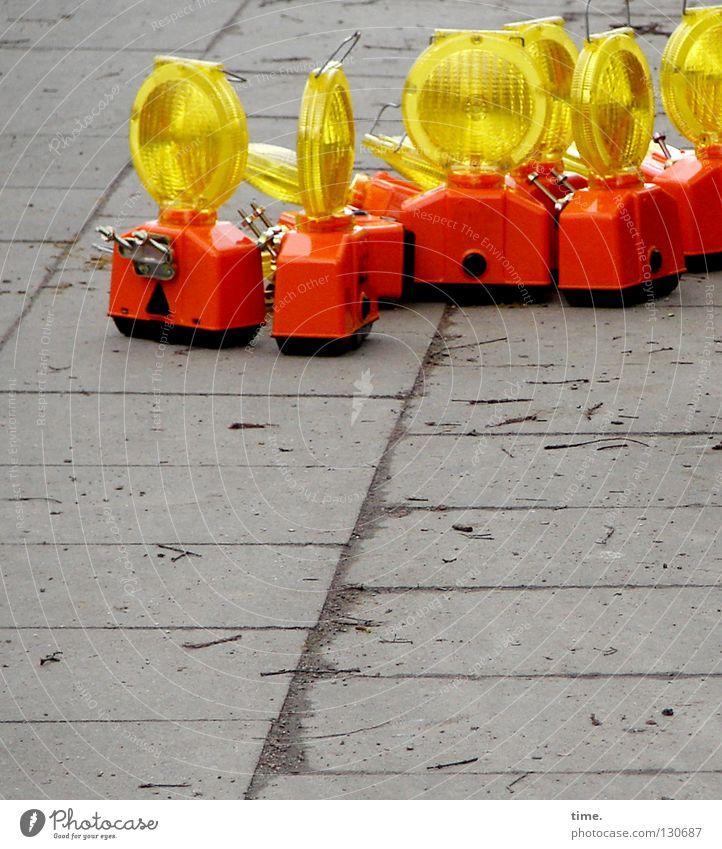 Lagebesprechung rot gelb Straße grau Lampe Beton stehen trist Baustelle Warnhinweis Langeweile Anhäufung Fuge Respekt Verabredung Vorsicht