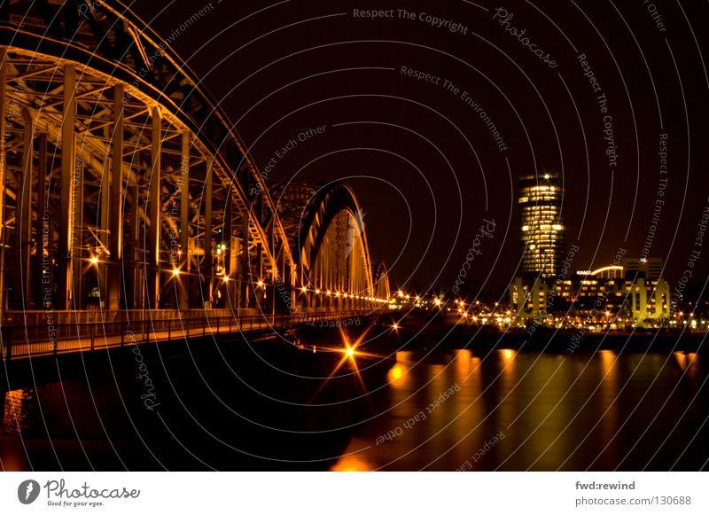 Köln mal anders Wasser Stadt gelb gold Hochhaus Eisenbahn Brücke Stahl Skyline Rhein Nachtaufnahme