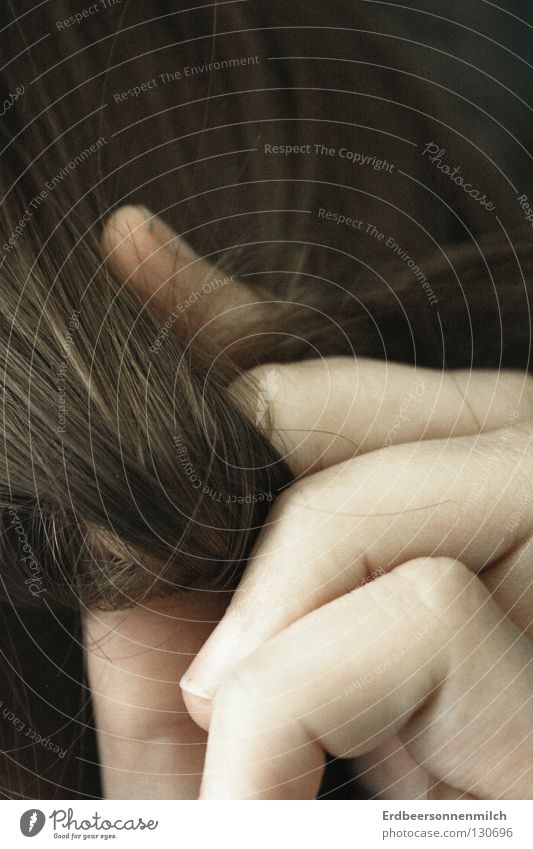 Die Volle Haarpracht mal gewickelt Finger Haarsträhne Wut dunkel Ärger Haare & Frisuren dunkelbraun Friseur Spliss Hass wickeln dreckiger Fingernagel
