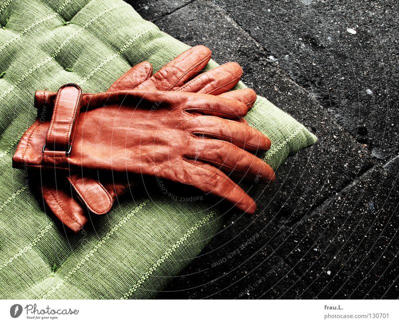 abgelegt grün Erholung Wärme orange Beton Bekleidung Café Körperhaltung liegen Physik Stoff Bürgersteig Verkehrswege Leder Handschuhe bequem