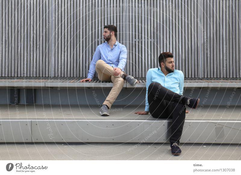 . maskulin 2 Mensch Brücke Bauwerk Bank Hemd Hose brünett kurzhaarig Vollbart beobachten Denken Blick sitzen warten Zusammensein Stadt Optimismus Wachsamkeit