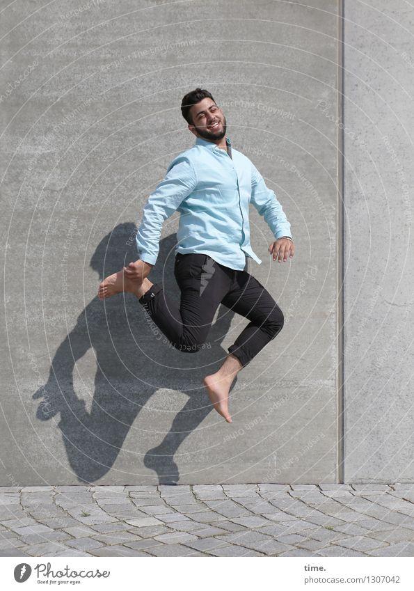 Ali maskulin Junger Mann Jugendliche 1 Mensch Mauer Wand Verkehrswege Wege & Pfade Straßenbelag Hemd Hose Barfuß brünett kurzhaarig Bart Vollbart Lächeln lachen