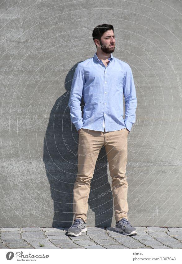 . maskulin Mann Erwachsene 1 Mensch Mauer Wand Straße Wege & Pfade Hemd Hose Schuhe brünett kurzhaarig Vollbart beobachten Blick stehen warten selbstbewußt