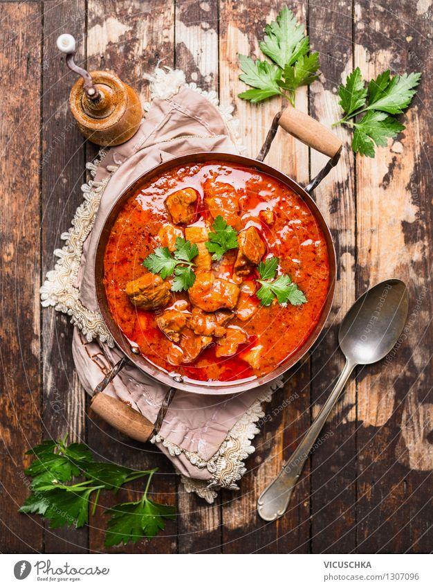 Rindergulasch in altem Topf serviert Lebensmittel Fleisch Gemüse Kräuter & Gewürze Ernährung Mittagessen Abendessen Festessen Bioprodukte Diät Löffel Stil