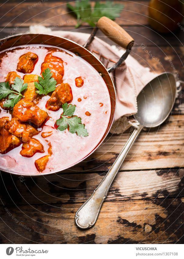 Gulaschsuppe auf rustikalem Holztisch Lebensmittel Fleisch Ernährung Mittagessen Abendessen Festessen Bioprodukte Topf Löffel Lifestyle Stil Design