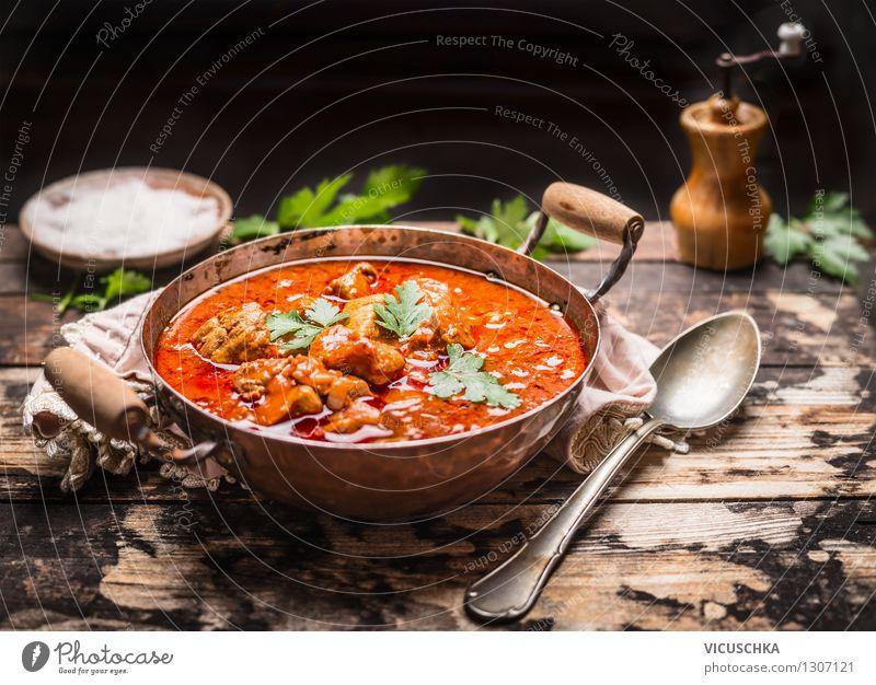 Gulasch im Kupfertopf mit Löffel auf rustikalem Küchentisch Speise Foodfotografie Stil Lebensmittel Design Ernährung Tisch Kochen & Garen & Backen