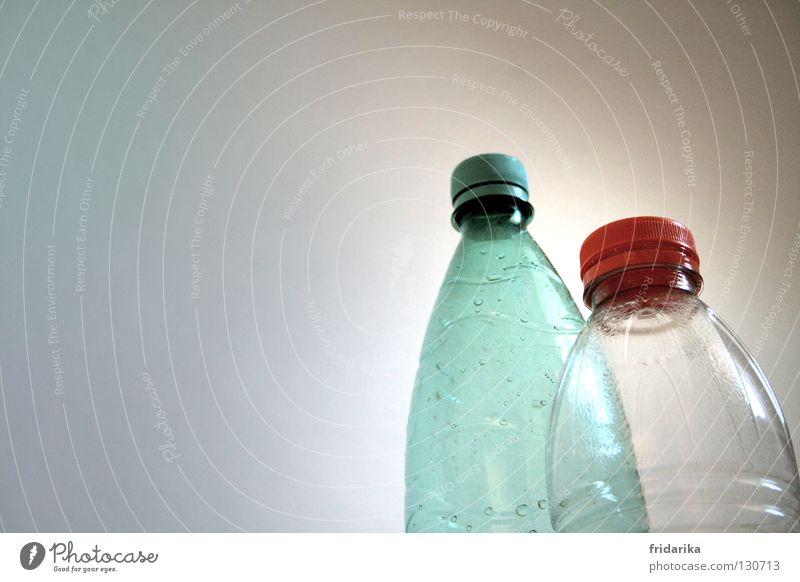 leerraum Getränk Flasche Wasser Wassertropfen grün rot weiß Flaschenhals Mineralwasser türkis Wand 2 Furche Erfrischung aufmachen geschlossen Klarheit