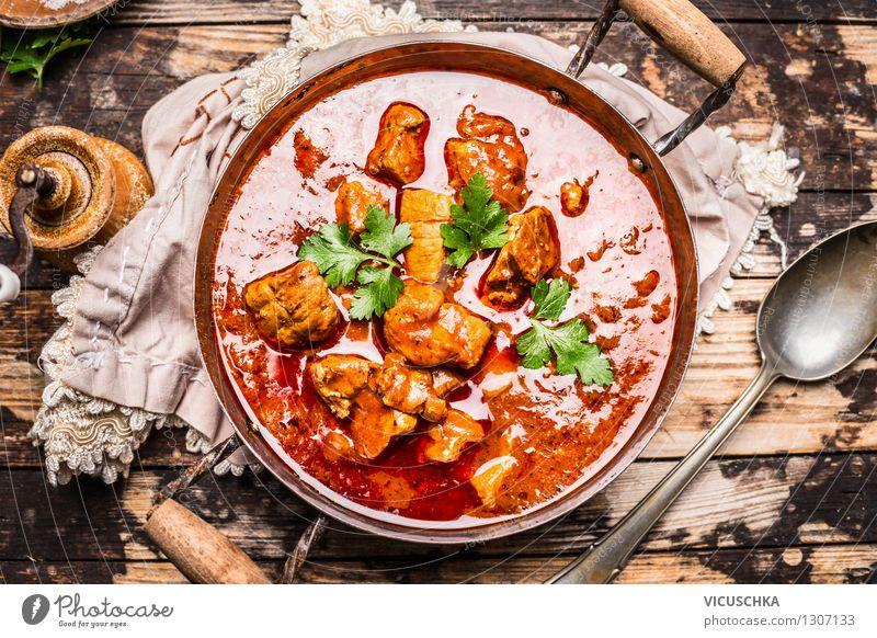Lecker Gulasch in altem Topf mit Löffel Lebensmittel Fleisch Gemüse Kräuter & Gewürze Ernährung Mittagessen Abendessen Festessen Bioprodukte Stil Design