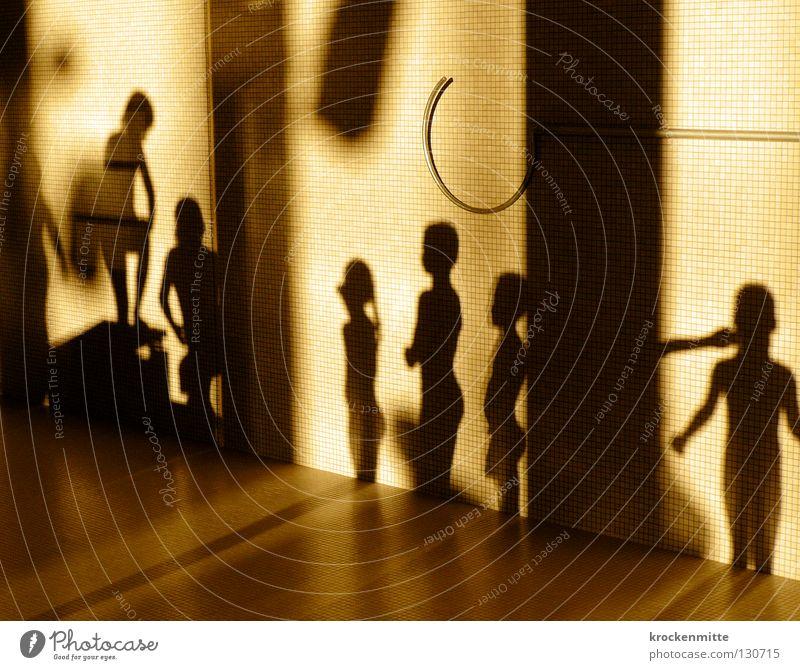 Schattentheater II Mensch Kind Mädchen Freude Sport Junge Spielen warten Schwimmbad stehen Bodenplatten Schattenspiel Gefühle Abendsonne Turmspringen