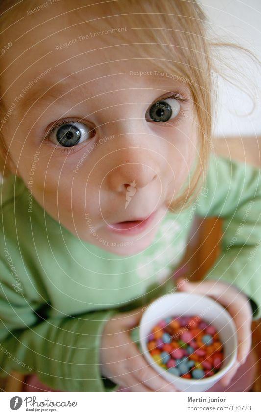Kinderglück Mädchen Schokolinsen Ernährung süß geheimnisvoll erstaunt Überraschung Süßwaren Kleinkind Meins Glück Auge gefangen Essen