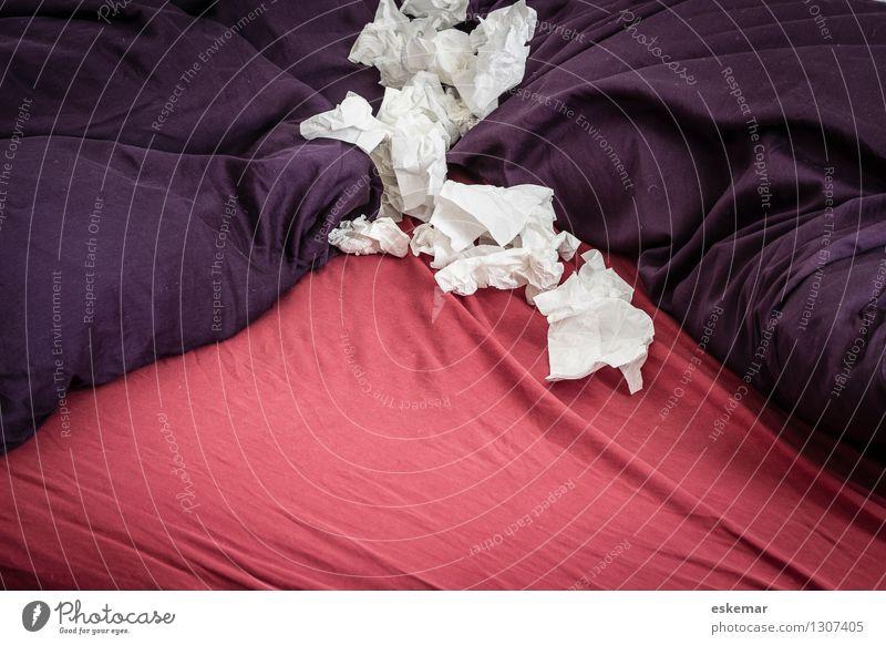 Erkältung rot Gesundheit Gesundheitswesen Wohnung Häusliches Leben Bett violett Krankheit Schlafzimmer Taschentuch