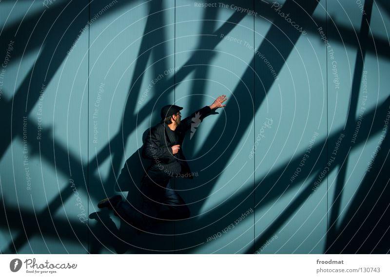 schattenspiel Superman aufstrebend Wand Streifen Anzug springen Nervosität vorwärts dumm geschäftlich Verlobung Mann maskulin zielstrebig Stil lässig diagonal
