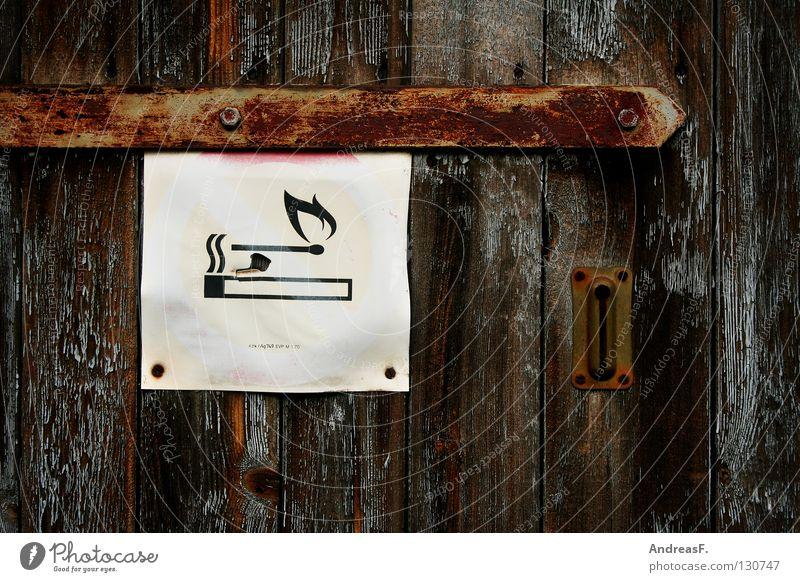 Rauchverbot Rauchen verboten Zigarette Streichholz brennen Brandstiftung Symbole & Metaphern Holz Holztür Gastronomie Nikotin Verbote Hinweisschild Sicherheit