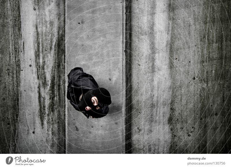 take a look Mann Maske Mütze Jacke ausgeschnitten Fahrbahn Ecke Bordsteinkante Bürgersteig schwarz dunkel dreckig lässig stehen Streifen Freundlichkeit
