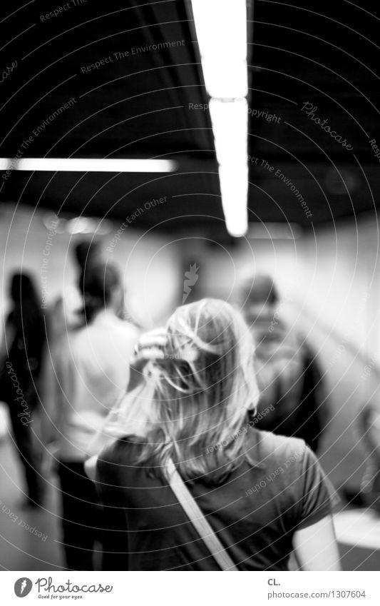 durchgang Mensch Erwachsene Leben Haare & Frisuren Menschengruppe Verkehr Fußgänger Wege & Pfade Tunnel Neonlicht Bewegung gehen Perspektive Ziel Eile