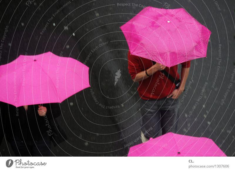 nasse straßen Mensch Erwachsene Leben 2 Herbst Klima Klimawandel Wetter schlechtes Wetter Regen Verkehr Verkehrswege Fußgänger Straße Regenschirm gehen rosa