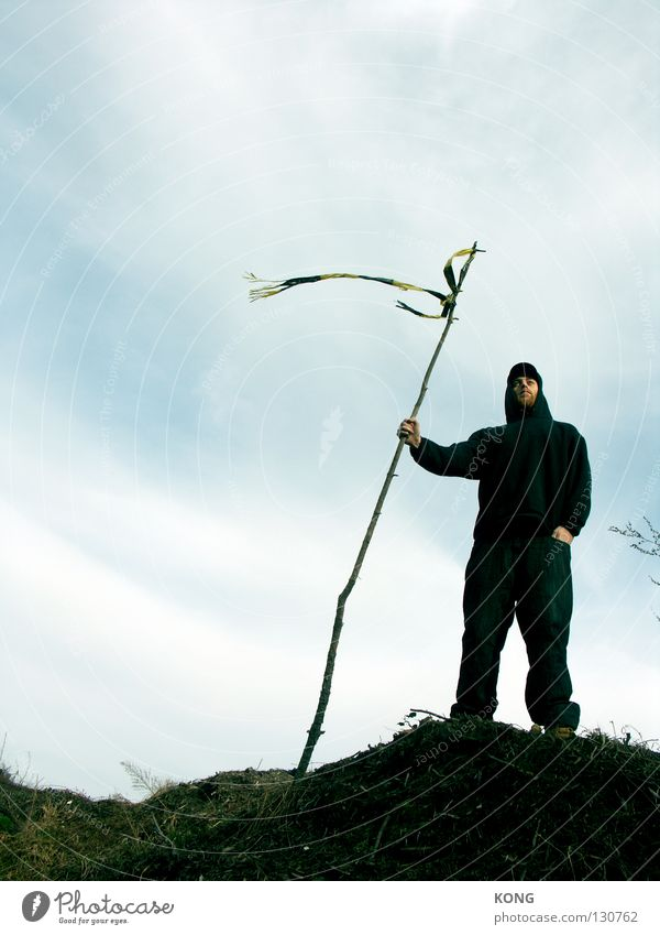 erobere ! Mann schwarz Berge u. Gebirge Erfolg Erde Sicherheit Macht Fahne Ziel Hügel Gelassenheit festhalten Konzentration führen Kerl Entschlossenheit