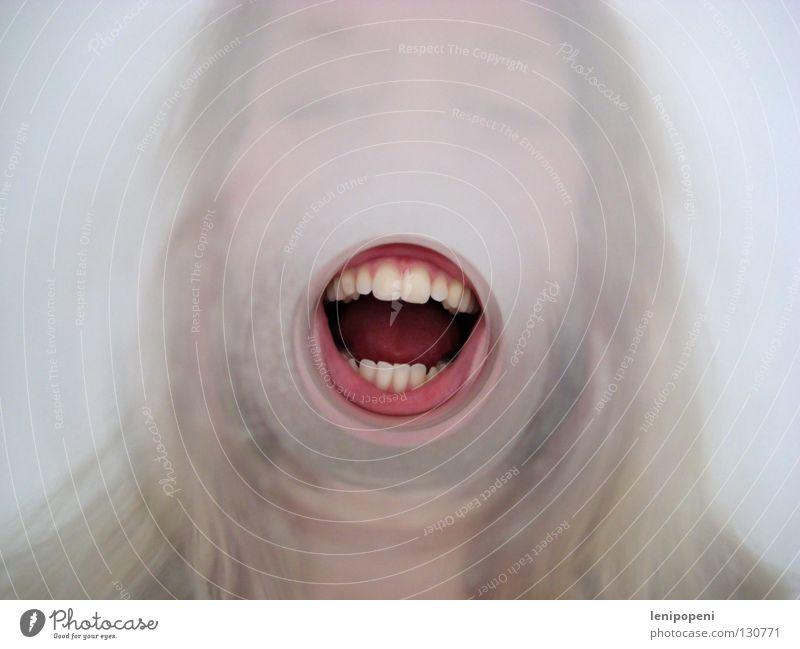 Nachschlag! Tunnel Richtung Zahnfleisch rund Porträt verrückt Megaphon laut Stimme sprechen hören Lautsprecher Lippen rot Kommunizieren Mund Glas Flucht Zunge