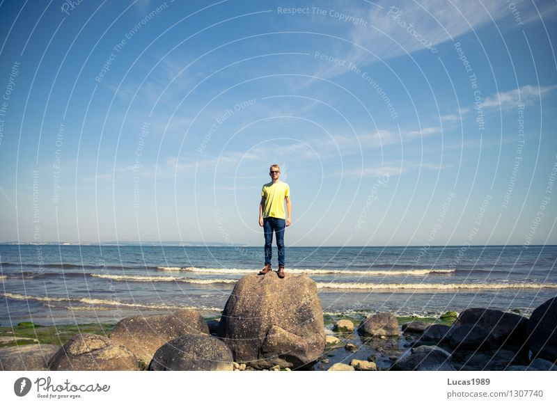 an der Küste Mensch Himmel Natur Ferien & Urlaub & Reisen Jugendliche Mann blau Sommer Erholung Landschaft Junger Mann Freude Strand 18-30 Jahre Erwachsene